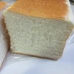 贅沢生食パン工房 鎌倉屋 - しっとりとした絹のような生地でほのかに甘いかおりのする名前のとおり贅沢な食パンです。