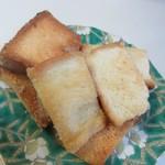 贅沢生食パン工房 鎌倉屋 - 贅沢生食パンの切れ端を使って作ったラスク、小腹が空いた時のおやつに最適ですね。