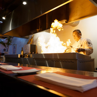 シェフが目の前で調理しているのをみれるオープンキッチン
