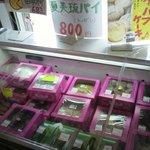ミッシェル洋菓子店 - ショーケースと対面して冷蔵庫にもケーキ・・・トーガン?!