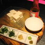 ヤッサイ モッサイ - マルエの刺身醤油で食べる冷や奴