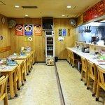 ラーメン 菅家 - カウンター席6席、テーブル席14席。テーブルは人数に応じてくっつけられます。