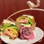 ロンネフェルト・ティ・サロン・名古屋 - 薔薇のローストビーフと厚切りスモークベーコンのサンドイッチ