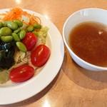 フォルクス - 一杯めのスープはオニオンスープ。胡椒がとても合う。
