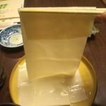 味処ふる川 - びろ〜〜〜ん!箸の半分以上がいったんもんめんに食われてます。