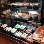 上島珈琲店 - 注文カウンター横のスイーツ類ショーケース