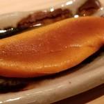 97857788 - (08)自家製唐墨(千葉県竹岡産)の炙り                       炙られることにより芳ばしく香り、内側から旨みが凝縮した汗が浮かんでいます。                       塩抜きも完璧で熟成味醂に漬け込んだ落ち着いた旨みと甘み。                       好きです♪