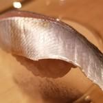 97857797 - (10)小鰭(千葉県三番瀬産)                       産卵期は春。小鰭の旬は夏。                       美しい皮目に期待が高まります。                       何より香りが良い。                       塩振りと〆具合は旨みのバランスが取れており、脂も適度にのって素直に美味しい。