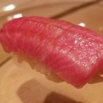 97857822 - (15)本鮪大トロ(青森県大間産)                       カマスジと蛇腹の間の大トロ、蛇腹よりもこれくらいが一番好き♪                       より豊潤で濃厚な味わいに悶絶。