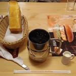 コメダ珈琲店 - ドリンク写真:たっぷりアイスコーヒー(今回はブラックにしてもらいました)とモーニング(ゆで卵セット)