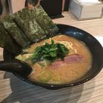 せい家 - 麺は平打ち麺。スープは褐色の豚骨醤油。 具はチャーシュー、ほうれんそうにのりが3枚。