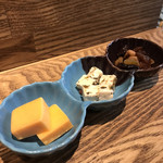 和酒立呑 明後日 - 二種のチーズとドライフルーツ