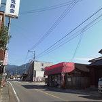 庄籠製菓舗 - 手前は人吉・奥は湯前方面。