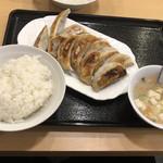 餃子市場 - 餃子定食 これにビッグサイズのサラダが付いて680円は安い!