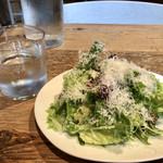 Cheese Tavern CASCINA - ランチについてくるサラダ。さらに無料のテーブルウォーターにスパークリングウォーターを選べるのは嬉しい。
