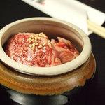 焼肉 一番星 - こちらも人気の《壺漬けカルビ 390円》この価格でこの品質です!