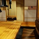 もつ鍋 焼き肉 岩見 - テーブル席と掘り炬燵式の半個室的な小上がりもあります。