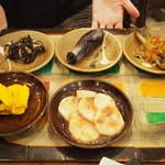 活麺富蔵 - うどんを待っている間に「小皿料理(有料)」を勧められます