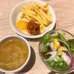 97915018 - スープ、サラダ、ポテト。スープとポテトはおかわり可
