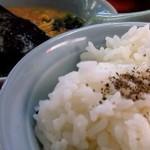 ラーメン山岡家 - ライスに胡椒で海苔で巻く