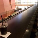 ベントベーラ売店 - 長いカウンター席でアイスコーヒーを