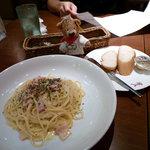 キャッツカフェ - たっぷりチーズのカルボナーラとバケット