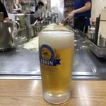 お好み焼き 大樹 - お好み焼きにはビールでしょう〜(*´꒳`*)  店主を越しに眺めながら焼き上がりを待ちます