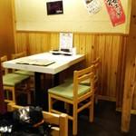 梅田 肉寿司 かじゅある和食 足立屋 - 二人席は狭め