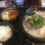 豚骨ラーメン 三福 - セットの唐揚げとご飯は小鉢レベル