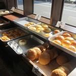 パン・ナガタ - 鳥飼のお店もイートインコーナーがあってこの日も日曜日とあって家族連れで賑わってました。  パン売り場は他の支店と比べたらやや小さ目かな?