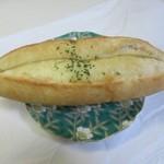 97946296 - ガーリックパン150円。                                              フランスパン生地にガーリックバターをたっぷり挟んで仕上げたワインが欲しくなるパンです。
