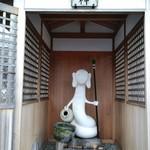 信濃屋 - 店舗前の水神様
