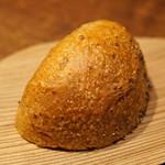 アカ - アヒージョのお供のライ麦パン