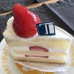 T-clip - 料理写真:万人受けしそうなノーマルなショートケーキ。甘さはしっかり目?油分を感じる生クリーム。