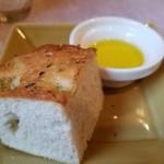 ビストロ ジュン - オレガノたっぷりのパン