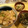 中華居酒屋 シンユウグスク - 料理写真:ヤキニク丼700円  スープと小鉢付き。写真はご飯少なめ。