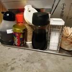 udonsakabakagawaichifuku - 調味料類。一番左がうどん用とのこと。 関東のに慣れてると醤油感を加えたくなるかもね。