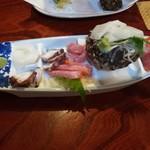 ならびや - 刺身盛り合わせ(大)1800円。夜光貝に乗ってるのはソデイカでした。夜光貝の刺身は入ってません。貝殻だけです。