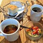ムロマチカフェハチ - スープ、チョップドサラダ、コーヒー、フォカッチャ