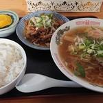 舘の丸食堂 - ラーメン半ホルモン半ライス、720円。