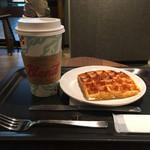 スターバックス・コーヒー - ドリップコーヒーグランデサイズ360円+アメリカンワッフル250円
