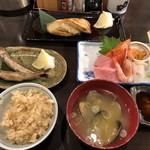 98009833 - カニ飯、あさり汁、刺身盛合せ(大トロ、中トロ、サーモン、甘えび、うに、マツカワガレイ)、ししゃも焼き、銀だら塩焼き