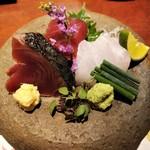 98012538 - お造り 三種盛り合わせ ※鰹は蛸の薄造りの代替料理