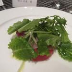 リストランテ カノビアーノ - サラダには糸島野菜に寒ブリがカルパッチョととして添えられてました。