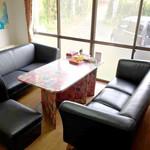 茶釜 セルフカフェ エルモット - 大きなソファは、超有名弁護士事務所からいただいた高級品です。