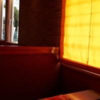 デニーズ-カーテンのせいで暗くオレンジの世界