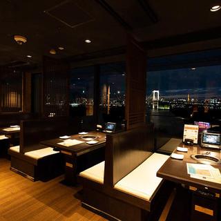 限定6席。お台場の夜景が一望できる窓側席。