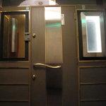 サロン クロ - 玄関前 6Fエレベーターを出て真ん中のお店です。