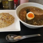 らーめん矢 - 料理写真:あごだしラーメンと半チャーハンのセット(850円)