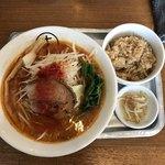 十八製麺 - 料理写真:辛味噌ラーメン、サービス炊き込みご飯